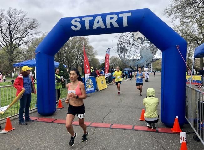 第四屆皇后區馬拉松在法拉盛草原可樂娜公園舉行。(記者朱蕾/攝影)