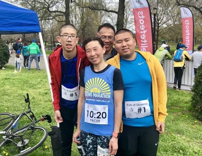Nora Lew(前排中)全家都來到現場,兩個兒子(左一和右一)參加了兒童馬拉松。(記者朱蕾/攝影)