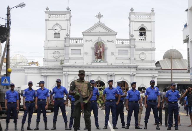 斯里蘭卡連環爆後,教堂前加強警戒。(美聯社)