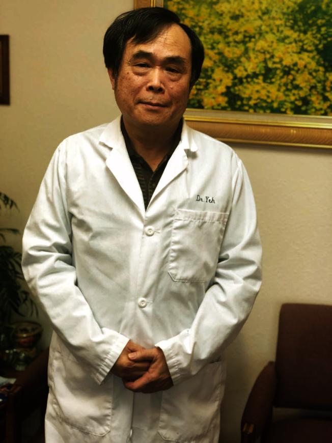 外科醫師葉佐明表示,現在觀念認為,術後應該多走動、早進食,對身體恢復更有幫助。(記者李榮/攝影)