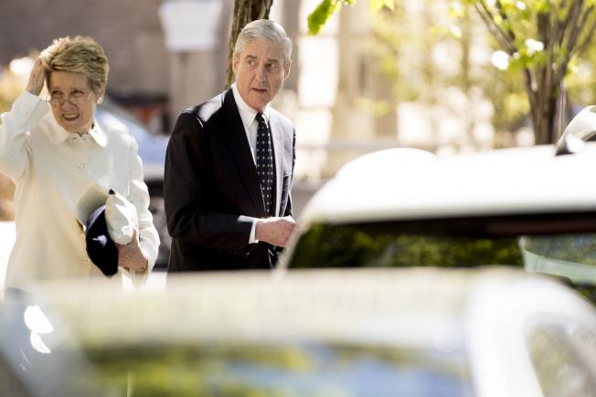 特檢官穆勒(右)夫婦21日在華府的教堂出席復活節活動,他將於5月被傳到眾院作證。(美聯社)
