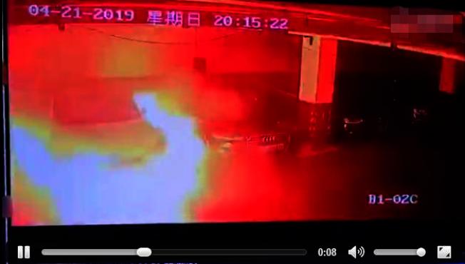 特斯拉電動車自燃的影片21日在微博上瘋傳。(視頻截圖)