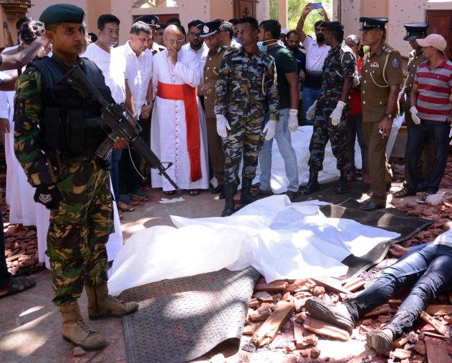 可倫坡大主教Malcolm Ranjith哀悼尼甘布教堂爆炸現場內的死難者。(路透)