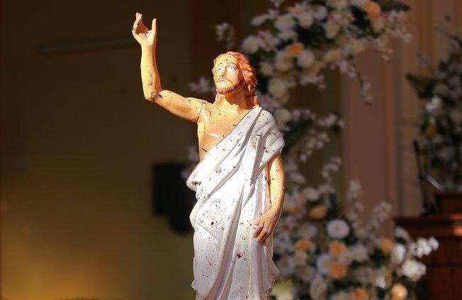 耶穌像上都沾上受害者的血跡。(路透)