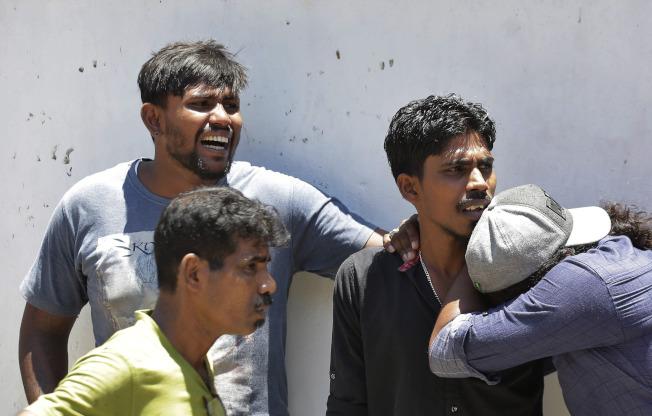 斯里蘭卡21日發生八起連環自殺恐襲,近300人遇難,受害者的親屬悲痛難當。(美聯社)
