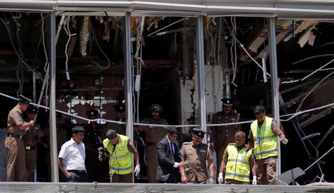 斯里蘭卡首都可倫坡的香格里拉大飯店21日遭炸彈攻擊,案發後警方在現場勘驗。(路透)