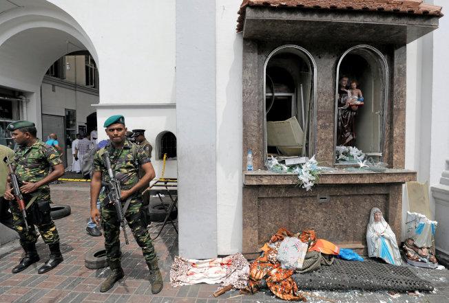 斯里蘭卡聖安東尼教堂21日發生爆炸案,教堂一片狼藉,聖母像斷成兩截。(路透)