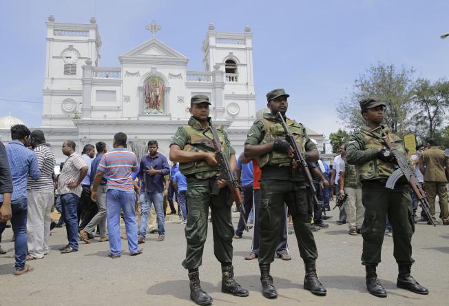 斯里蘭卡街頭上,持槍軍警在巡羅。(美聯社)