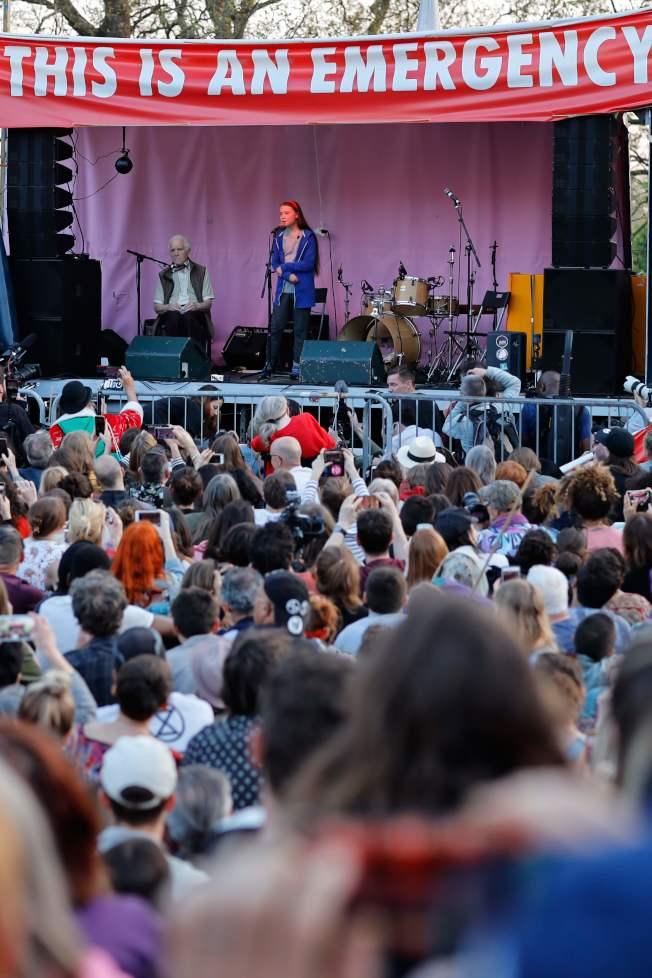 啟發青少年參與反全球暖化運動的瑞典少女桑柏格,21日在倫敦呼籲數百名氣候變遷的抗議者,永遠不要放棄拯救地球的行動。(Getty Images)