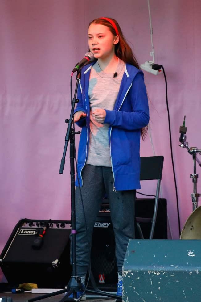 瑞典少女桑柏格21日在倫敦地標之一的大理石拱門對數百名氣候變遷抗議者發表談話。(Getty Images)