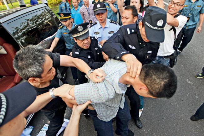 圖為中國公安執法。(取材自財新網)