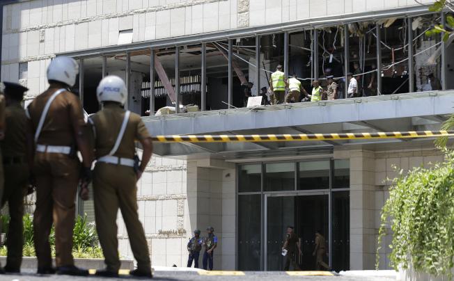 首都可倫坡三所高檔酒店遭到恐襲,其中一家酒店香格里拉,外面駐紮軍警。(美聯社)