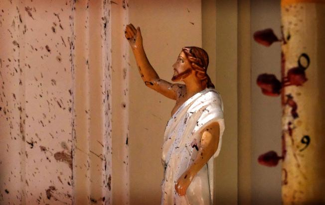 復活節當天,斯里蘭卡首都可倫坡的St. Sebastian's教會發生恐襲爆炸,教會內耶穌像與牆上血跡斑斑。(美聯社)