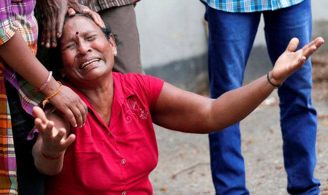 一名婦女的親友在恐襲中遇害,痛不欲生。(路透)