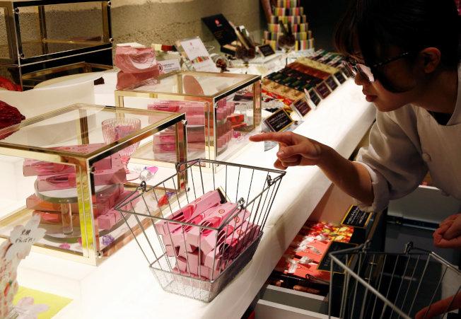 零食大廠推陳出新,消費者能從架上挑選琳瑯滿目的各類零食,包括吸睛的紅寶石巧克力。(路透資料照片)