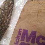 一家3口吃麥當勞 驚見2歲女兒「嘴嚼用過的保險套」
