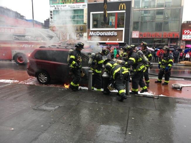 法拉盛緬街交40路下午2時左右發生火燒車事件,警方和消防員迅速趕往現場滅火。記者賴蕙榆/攝影