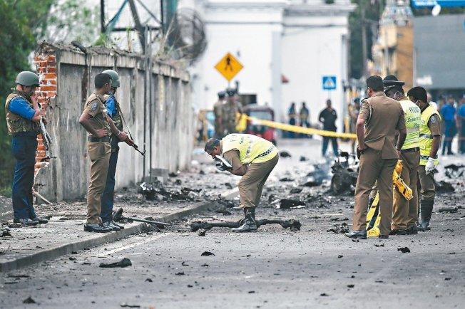 斯里蘭卡警方隨即在爆炸現場蒐證。 (Getty Images)