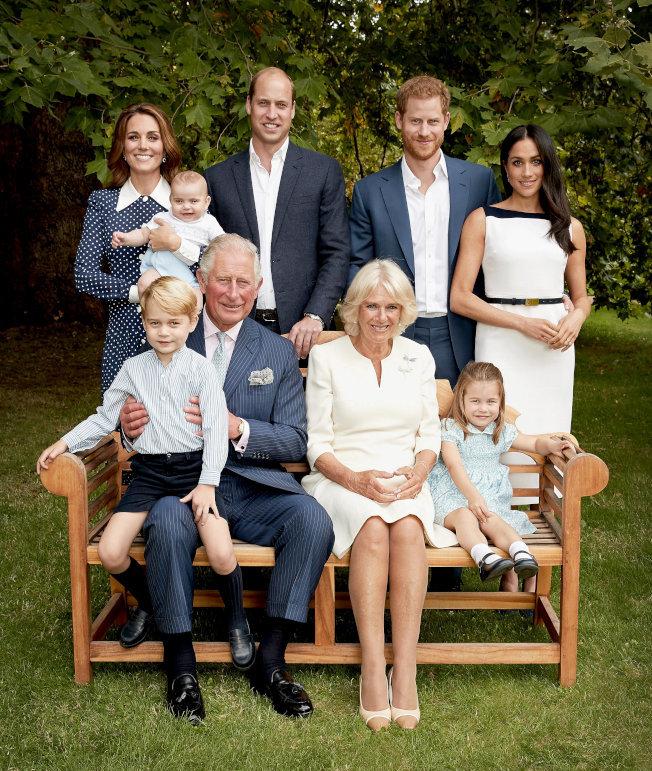 英國王室去年公開查理王儲三代同堂的全家福照片。(路透)