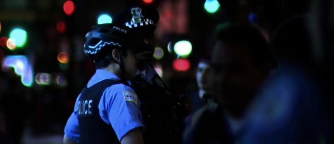 芝加哥警局21日逮捕12名在市中心聚眾鬥毆的青少年。(CBS視頻截圖)