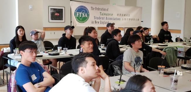 與會學生專心聽看學聯會長的會務報告。(記者唐嘉麗/攝影)