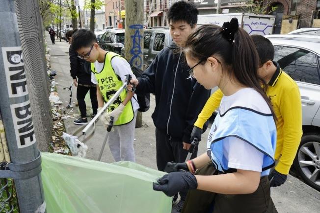 青少年在清潔8大道。(紐約親子互助會提供)
