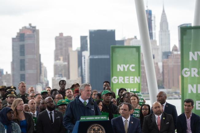 白思豪宣布紐約市版「綠色新政」。(市長辦公室提供)