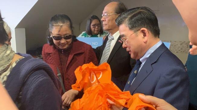 響應地球日,顧雅明22日聯合社區組織發放5000個免費環保袋。(記者賴蕙榆/攝影)