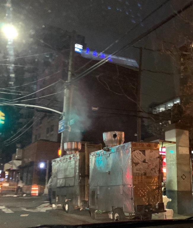 法拉盛市中心人行道約有20處燒烤攤,排煙量很大。(記者賴蕙榆/攝影)