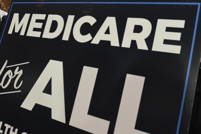 最新政府報告指出,再不做調整,紅藍卡在7年內破產,社安計畫將在16年內破產。民主黨初選中有參選人喊出「全民醫療照顧」,更會造成財政負擔加重。(美聯社)