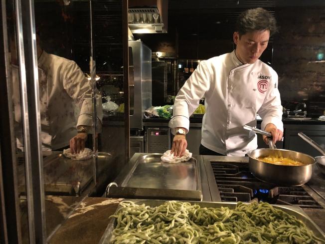 王凱傑到台灣參與美食節目「傑出任務」。圖為王凱傑在台灣製作麵食。(王凱傑提供)