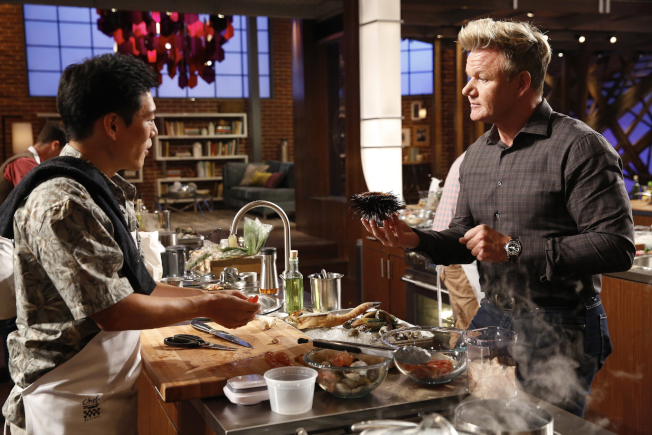 王凱傑(左)參加「廚神當道」第八季,外號「地獄廚神」的拉姆齊(右)現場點評。(王凱傑提供)