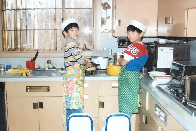 王凱傑從小就喜歡吃,圖為他小時候與兄弟一起嘗試做飯。(王凱傑提供)