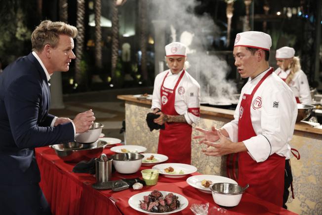 (右)參加「廚神當道」第八季,外號「地獄廚神」的拉姆齊(左)現場點評。(王凱傑提供)