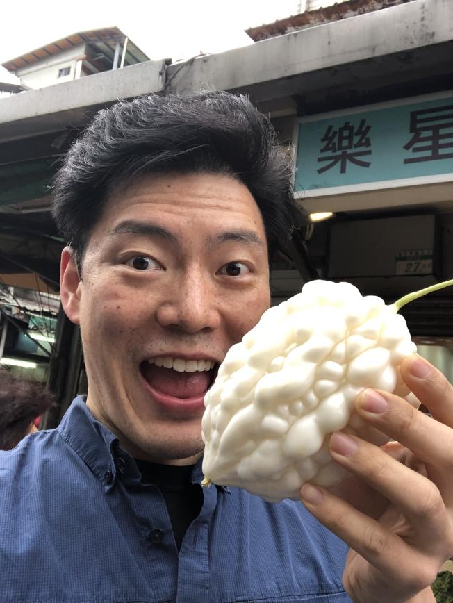 王凱傑到台灣後,經常逛菜市場和夜市尋找食材和美食。圖為王凱傑在台灣市場。(王凱傑提供)