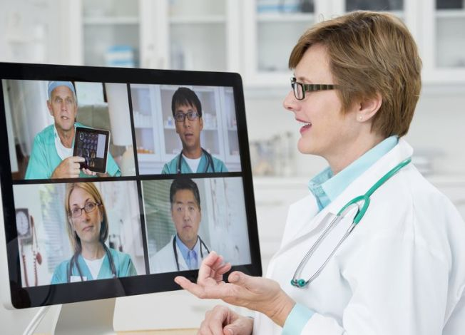 隨著智能手機等電子工具日益普及,醫師透過視頻看診成為現實,可解決年長者交通困擾。(網路照片)
