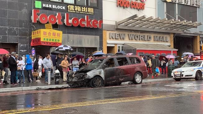22日一輛紅色起亞車街頭突然起火自燃,燒得面目全非。(記者賴蕙榆/攝影)