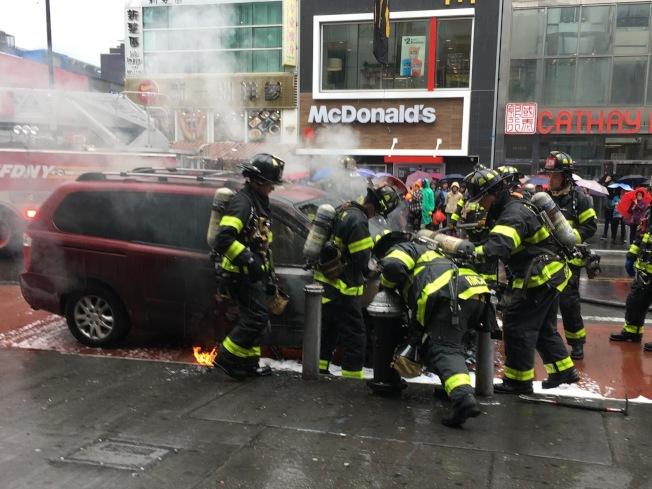 緬街火燒車,警方出動數十名消防員到場滅火。(記者賴蕙榆/攝影)