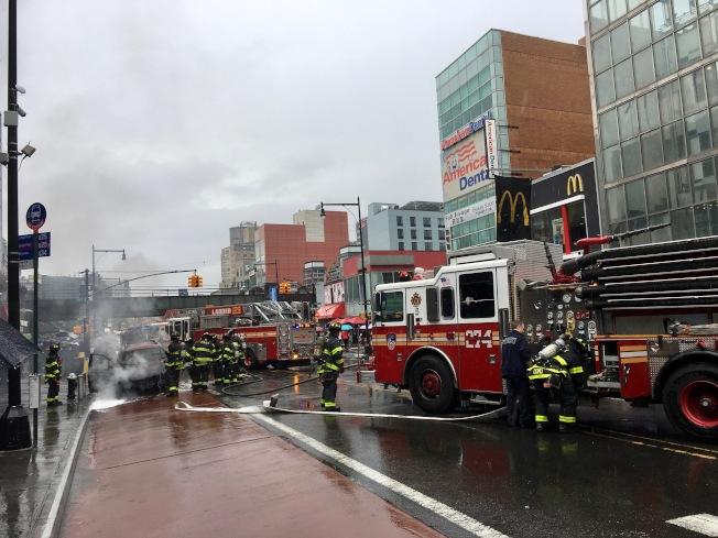 警方出動數十名消防員到場滅火(記者賴蕙榆/攝影)