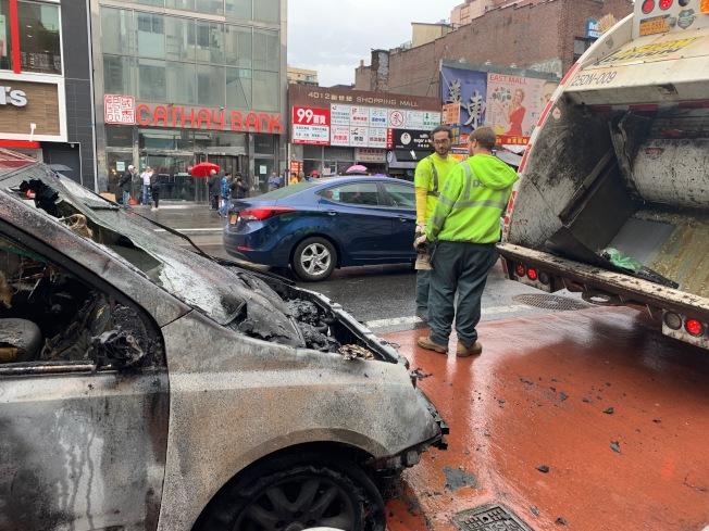 火燒車後,緬街路上留下一地碎玻璃,市清潔局人員到場清理。(記者賴蕙榆/攝影)