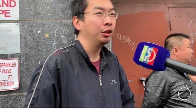 董驁佗表示,當時他看見駕駛左前輪現火苗,便上前攔車。(記者賴蕙榆/攝影)