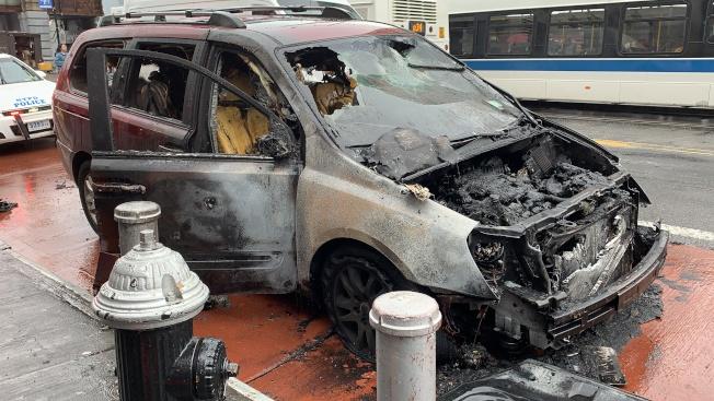 22日一輛紅色起亞車街頭自燃,車輛全毀。(記者賴蕙榆/攝影)