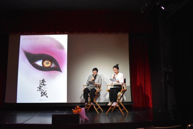 電影「進京城」首映,導演胡玫(左)到場介紹全片描述京劇演員爭取尊嚴。(記者顏嘉瑩/攝影)