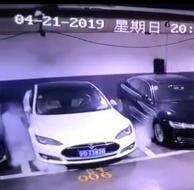 特斯拉電動車自燃的視頻21日在微博上瘋傳。(視頻截圖)