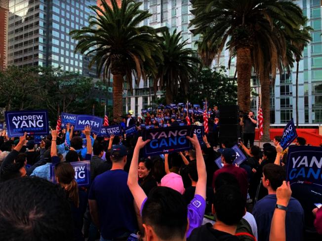 楊安澤的支持者們高舉標語牌。(記者張越/攝影)