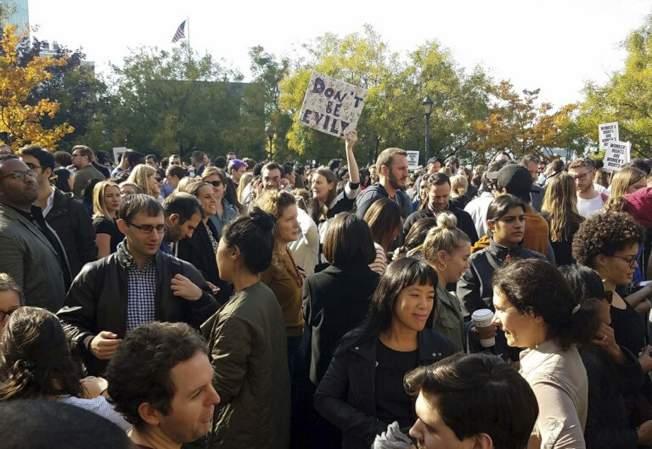 去年11月全球Google員工走出辦公室,抗議公司消極處理公司內部性騷擾、歧視等問題。(美聯社)