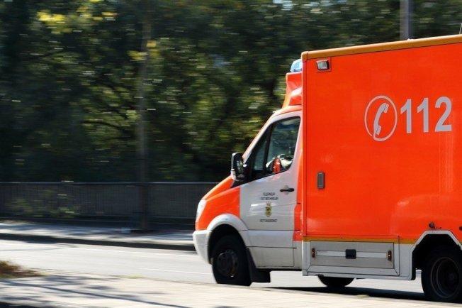 救護車行駛一般力求平穩,這個為送醫急駛過坑洞的案例卻意外發生了有如電擊的效果。photo credit:pixabay