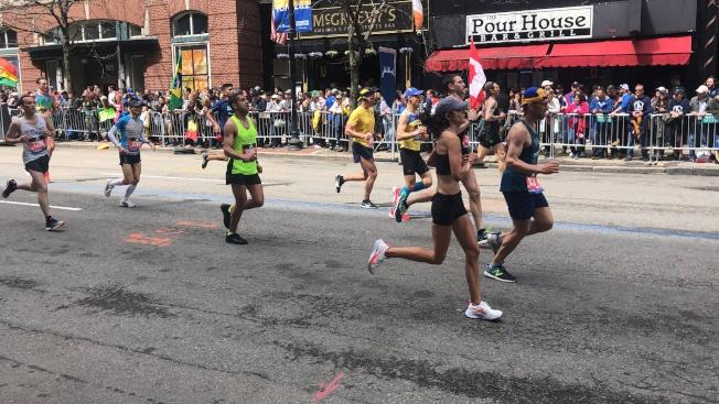 波士頓馬拉松主辦方稱,若發現作弊,可能給予取消資格,同時未來將不能參加包括波士頓馬拉松等BAA主辦活動的處罰。圖為今年波士頓馬拉松賽事現場。(記者劉晨懿之/攝影)