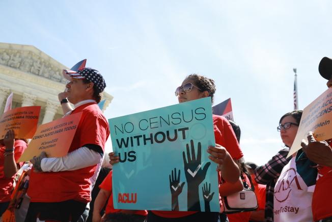 以西語裔為主的移民維權團體當日在最高法院門外表達訴求,反對人口普查提問公民身分問題。(記者羅曉媛/攝影)