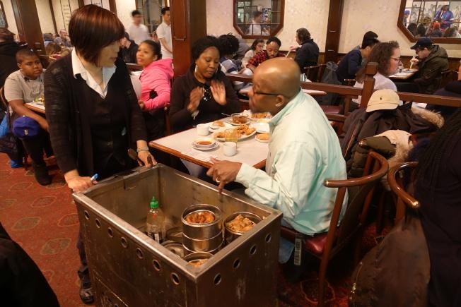 羅沛益說,瓊華酒家是費城第一家提供早茶點心的餐廳。(記者謝哲澍╱攝影)